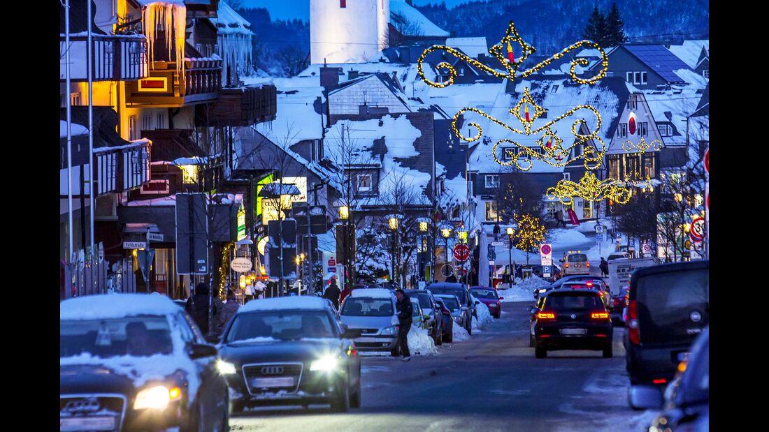Das Zentrum von Winterberg leuchtet zur blauen Stunde.