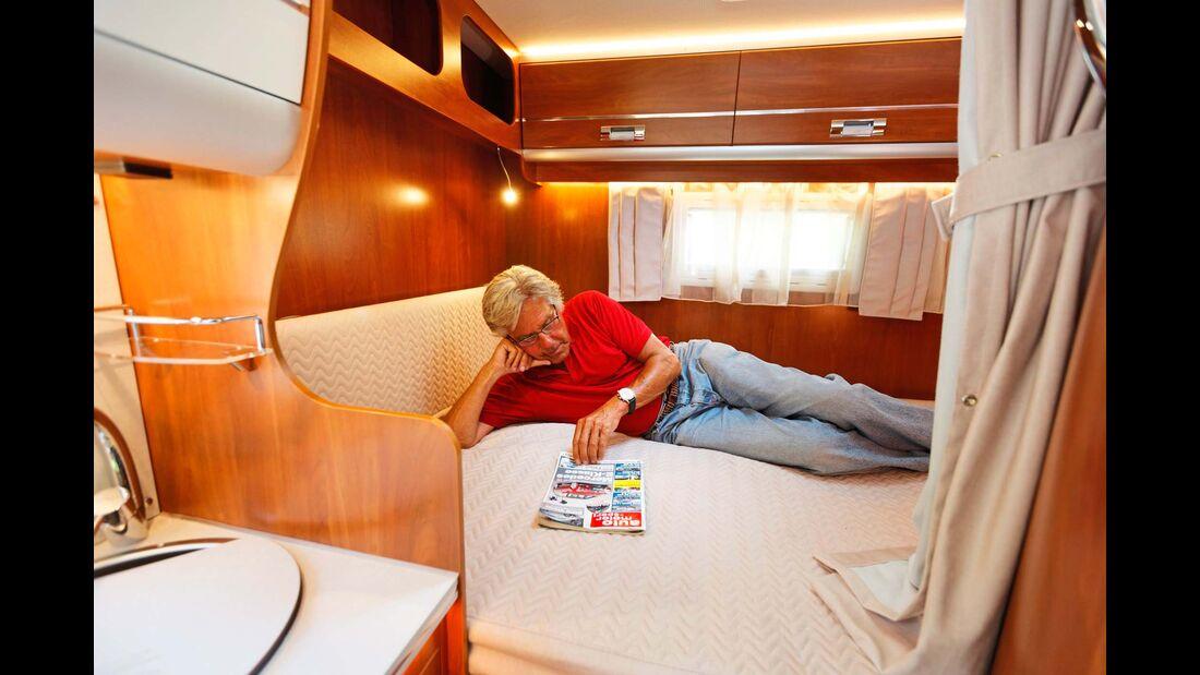 Das elektrisch höhenverstellbare Doppelbett ist komfortabel. Aber auch in unterster Position bleibt der Einstieg im Vergleich unbequemer.