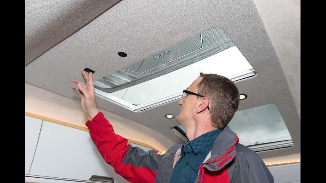 Das elektrische Schiebefenster wird in der Serie vom Cockpit aus bedient beim Niesmann+Bischoff Smove