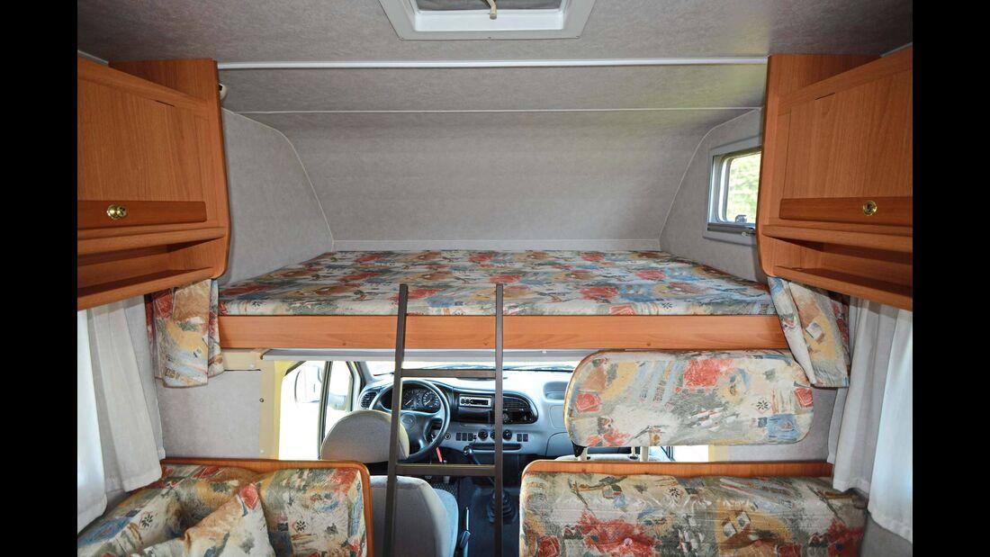 Das flache Ford-Transit-Fahrerhaus erlaubt einen großen Alkoven mit üppiger Kopffreiheit, bringt aber auch einen engen Durchstieg nach vorne mit sich.