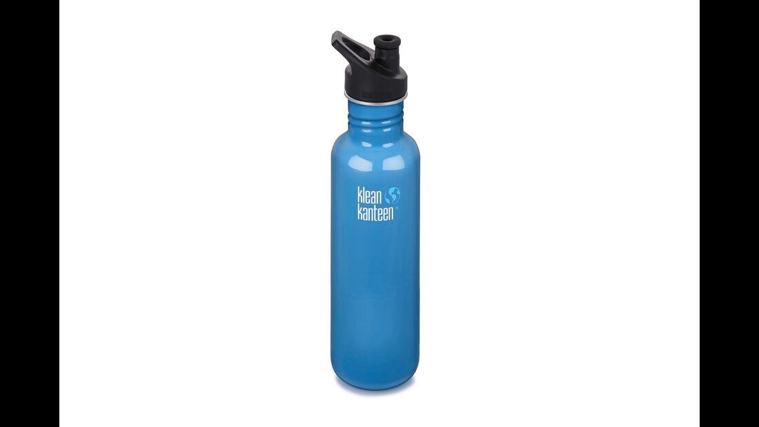 Das gefilterte Wasser fließt in einen Behälter, zum Beispiel die Edelstahl-Flasche von Klean Kanteen.