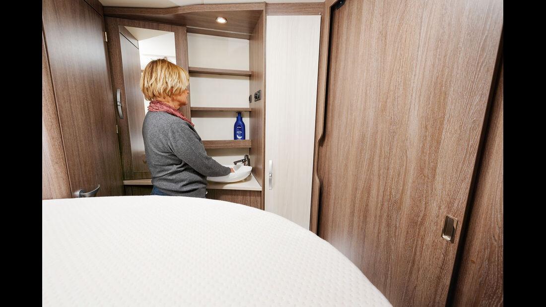 Das hohe Bett begrenzt die sonst gute Bewegungsfreiheit am Waschtisch.