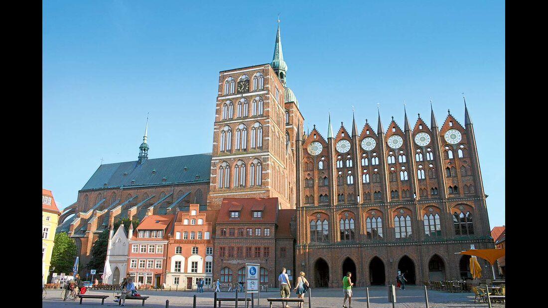 Das leuchtende Rot des Backsteins ist in Stralsund allgegenwärtig.