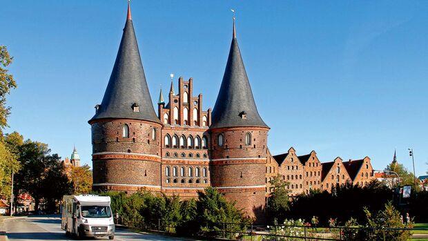 Das mächtige Holstentor am Eingang der Altstadt ist heute ein Museum.