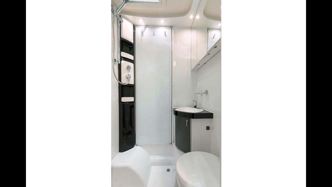 Das neu entworfene Bad ist überwiegend in einem schlichten Weiß gehalten.