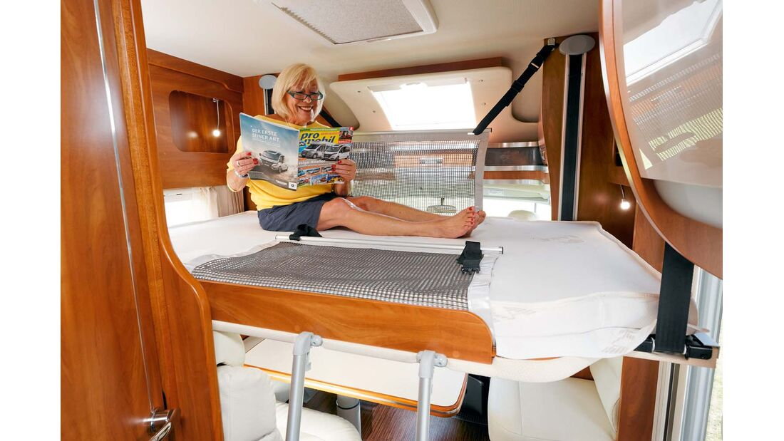 Das optionale Hubbett glänzt mit Ablagefächern und Leselampen.