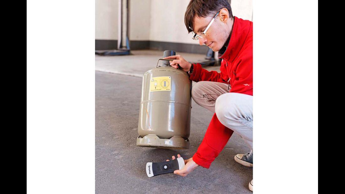 Das riegelförmige Gerät dockt magnetisch an Stahlflaschen an