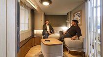 Dass dies das Wohnzimmer eines Reisemobils ist, würden auf Anhieb wohl nur die wenigsten vermuten. So großzügig wie in der Lounge des Harmony geht es selbst in großen Linern nur selten zu.