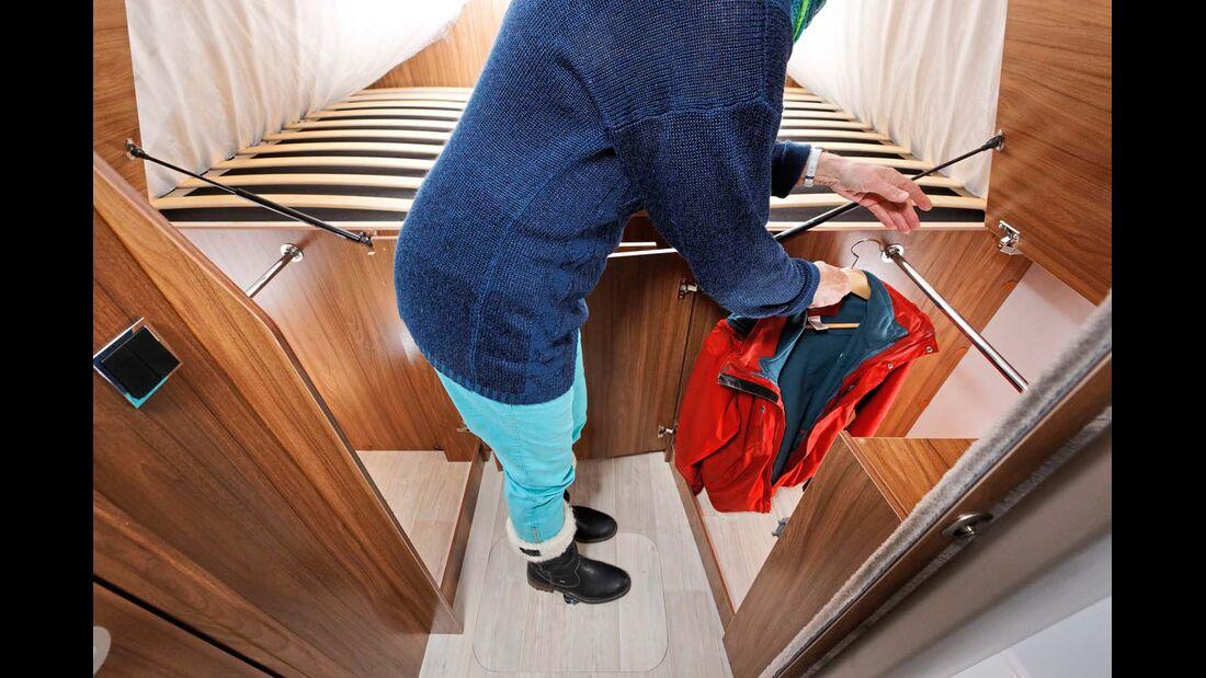 Den Zugriff auf die beiden Kleiderschränke erleichtern die breiten Türen und die aufstellbaren Deckel.