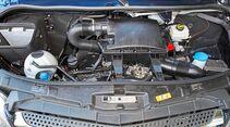 Den großen Motorraum füllt der Sechszylinder deutlich besser aus als die kleinen Vierzylinder.