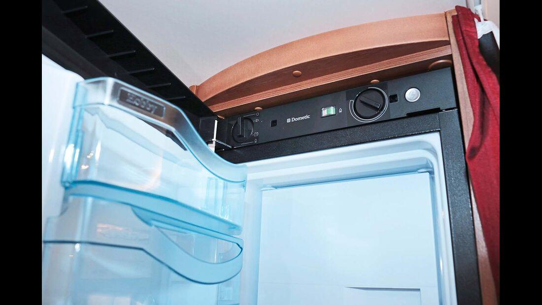 Der 150-Liter-Kühlschrank ist Serie, das Bedienteil aber zu hoch angebracht, und es gibt kein AES.