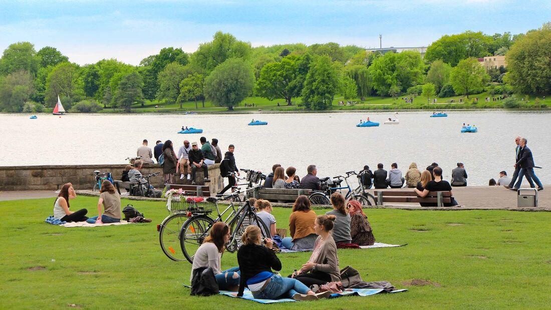 Der Aasee in Münster ist über zwei Kilometer lang und ein beliebtes Erholungsgebiet für Tretbootfahrer und Picknickfans.