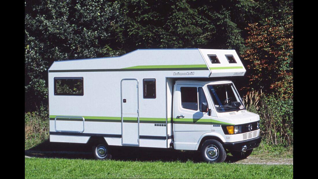 Der Alkoven ist angesagt in den 70er Jahren, das Campingvergnügen wird luxuriöser, wie diese sehr gelungene Bimobil-Kombination aus FM 440 und dem klassischen Mercedes T1  beweist.