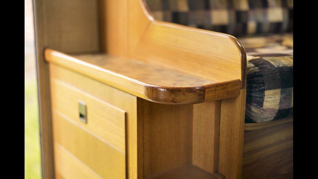 Der Ausbau trägt schöne Details und viel Echtholz.