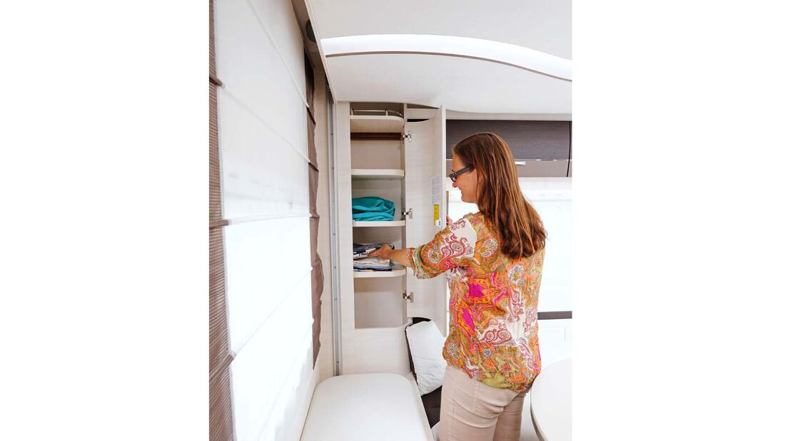 Der Eckschrank bietet wertvollen Platz für die Wäsche.