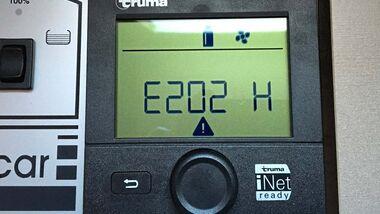 Der Fehlercode deutet auf eine Störung in der Gaszufuhr hin, die verschiedene Ursachen haben kann.