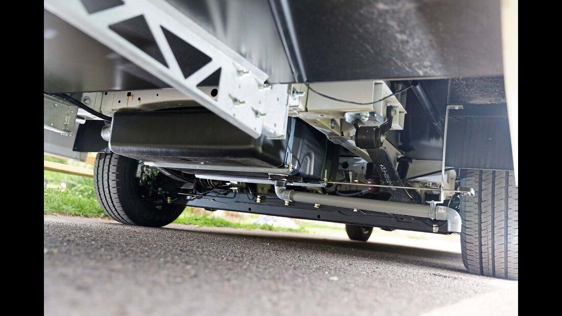 Der GfK-Unterboden lagert auf dem Ford-Flachrahmen.
