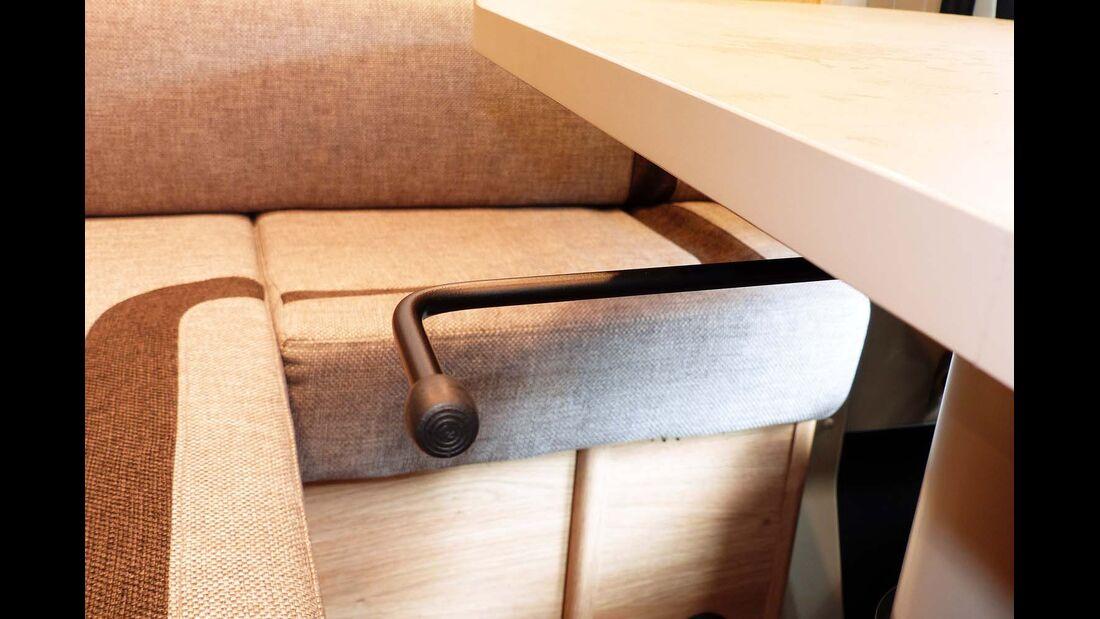Der Hebel für die Tischverstellung ragt unter der Platte hervor