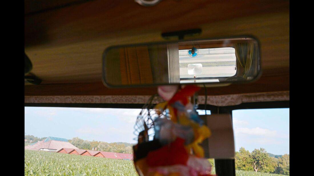 Der Innenspiegel ermöglicht gute Sicht durchs Heck.
