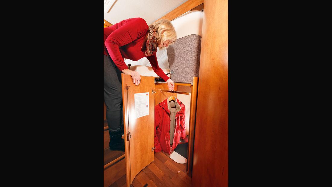 Der Klappdeckel erleichtert den Zugriff auf den Kleiderschrank.