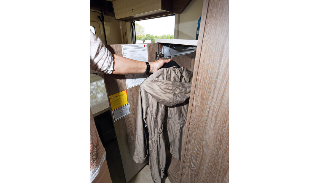 Der Kleiderschrank fällt recht schmal und niedrig aus.