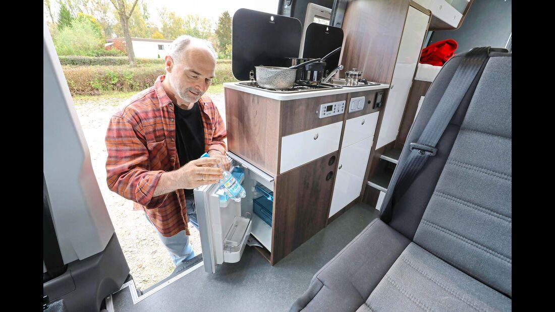 Der Kompressorkühlschrank (47 L) im Küchenblock ist auch von außen zugänglich
