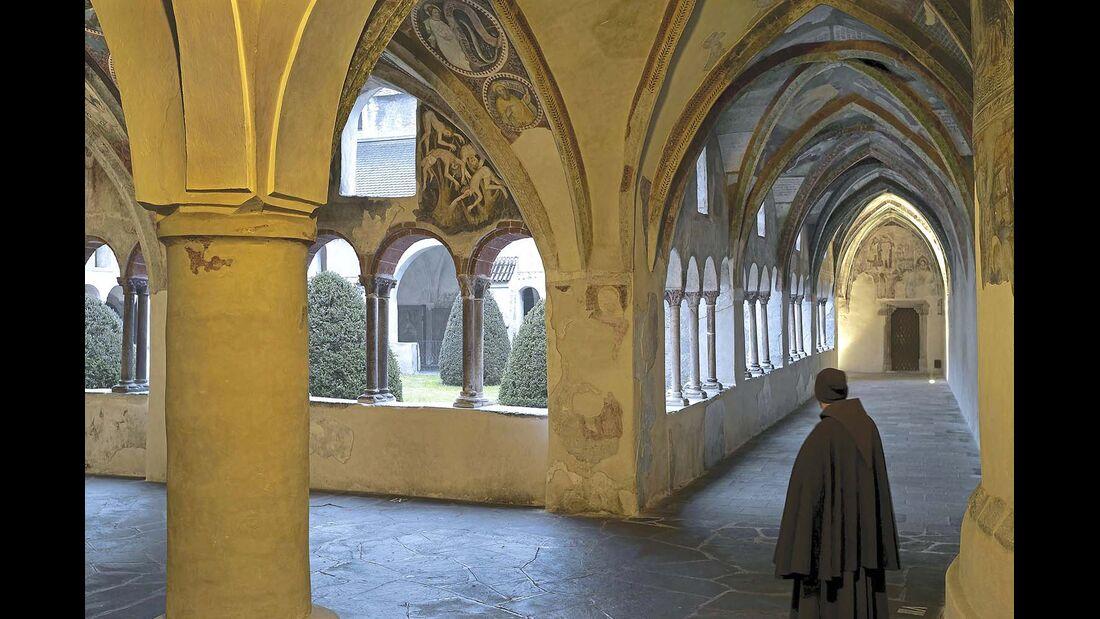 Der Kreuzgang des Brixner Doms beeindruckt mit seinen kunstvollen Wandbemalungen.