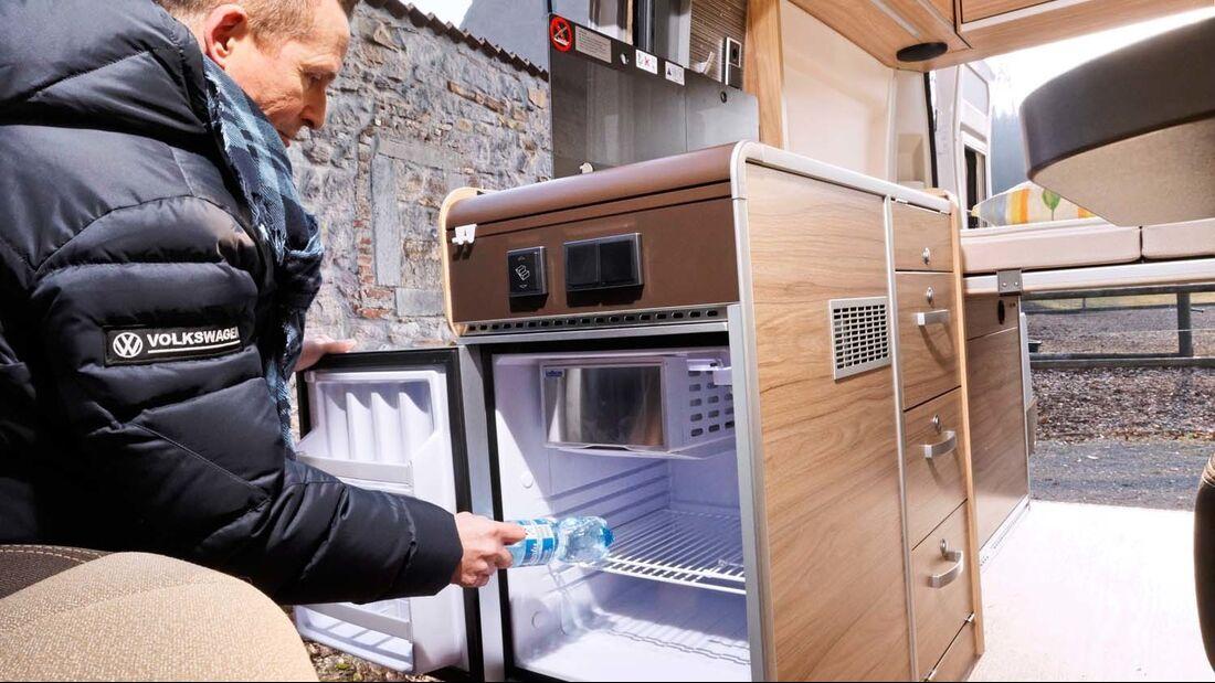 Der Kühlschrank ist auch von außen bequem erreichbar.
