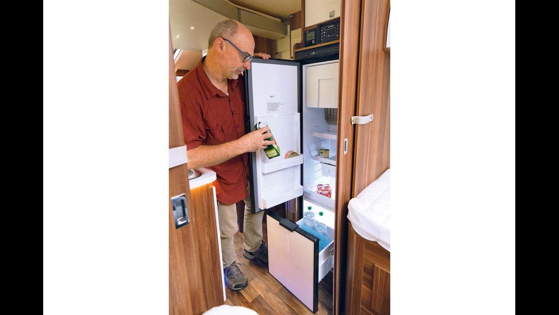 Der Kühlschrank verfügt über eine praktische Flaschenschublade.