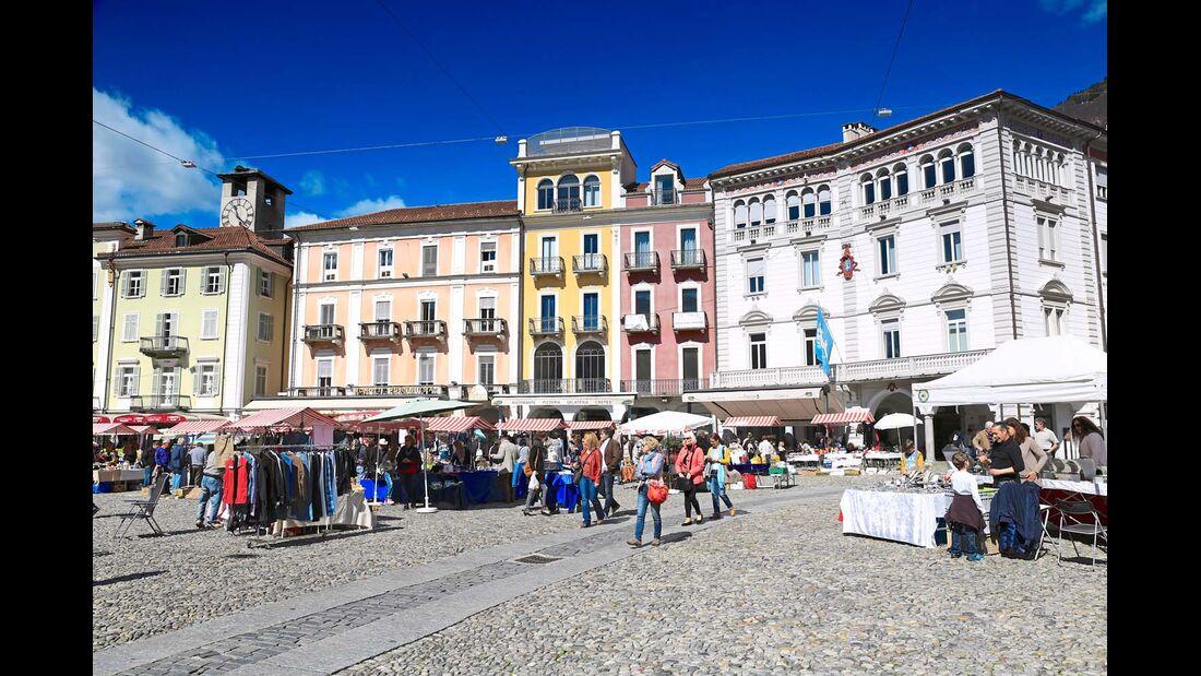 Der Markt auf der Piazza Grande in Locarno bietet ein breites Sortiment.