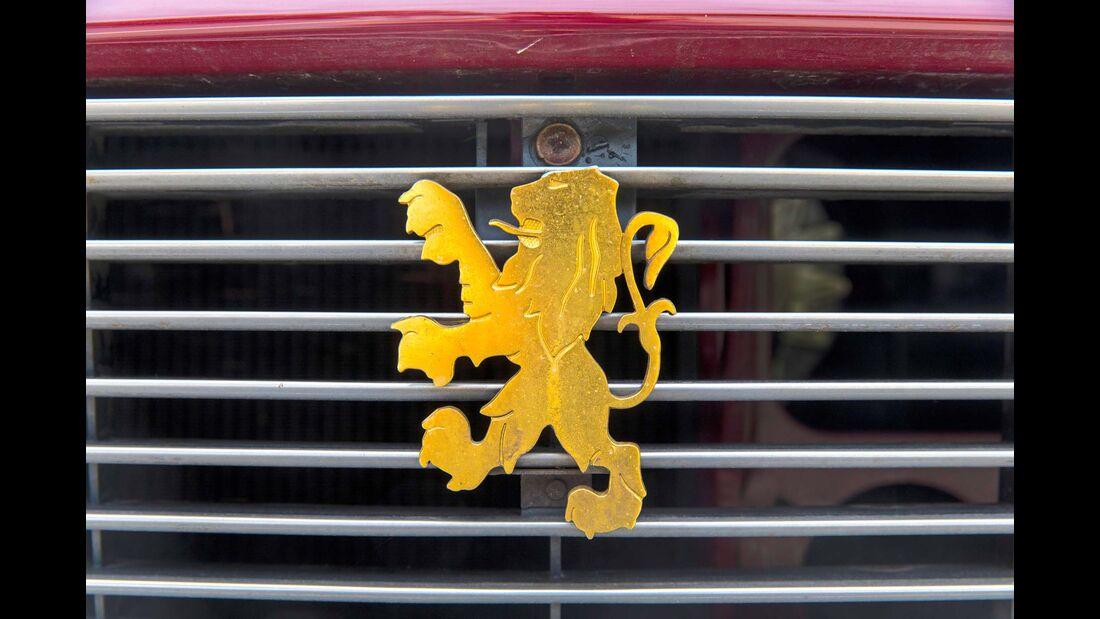 Der Peugeot 504 glänzt nach der Restaurierung wie am ersten Tag.
