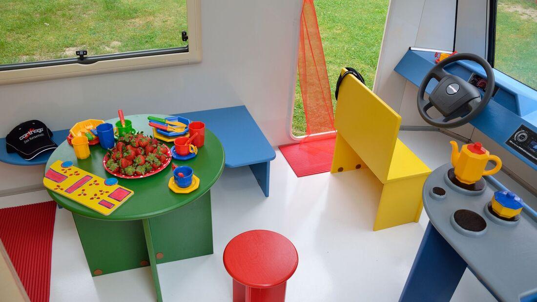 Der Reisemobil-Nachwuchs in Slowenien freut sich über das Modell Carthago Kids-Line, ein Spielmobil.