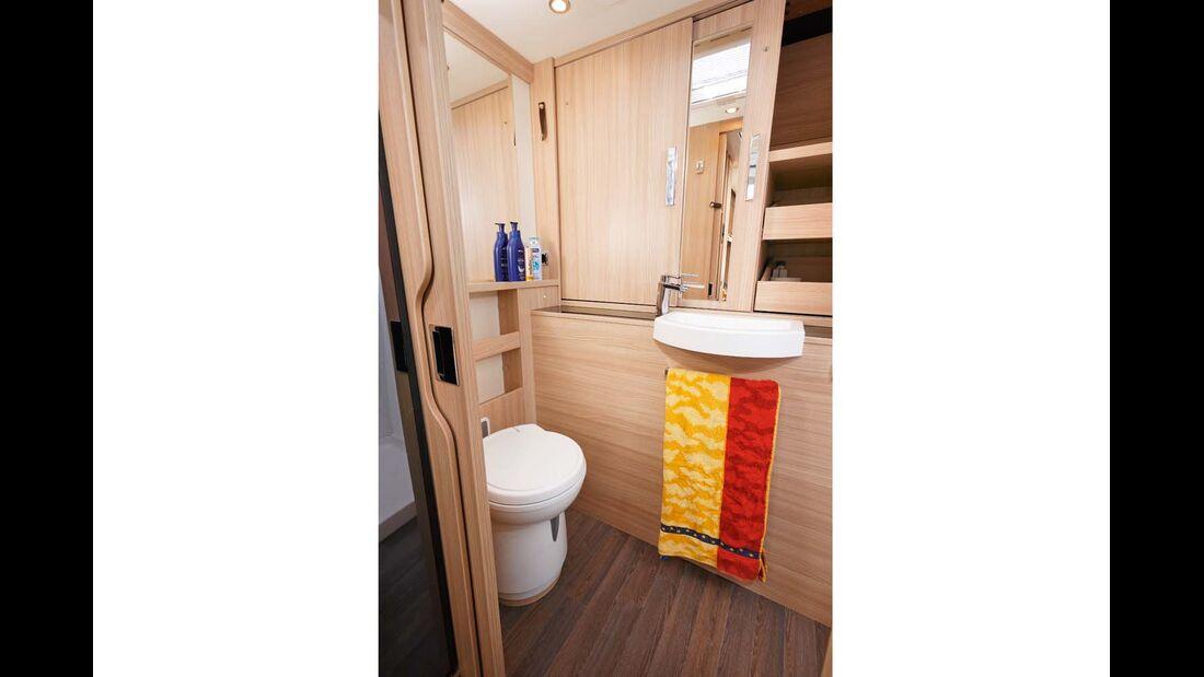 Der Sanitärraum im Heck kann die ganze Aufbaubreite nutzen.