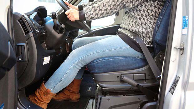 Der Sitz ist zu weit hinten, Beine und Arme sind gestreckt.