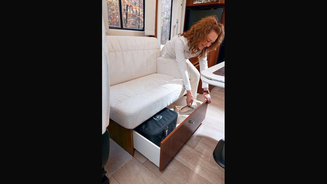 Der Stauraum unter den Sitzen erreicht man mit Schubladen.