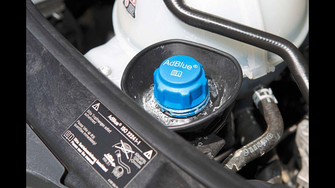 Der Stutzen für den 18-Liter-Ad-Blue-Tank liegt im Motorraum.