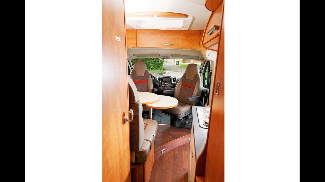 Der Weg durch den Van bleibt auch dann frei, wenn die Schiebetür zum links platzierten Bad geöffnet ist.