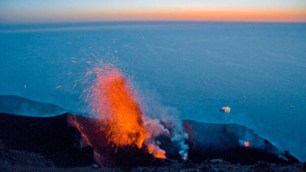 Der aktivste Vulkan Europas spuckt regelmäßig Feuer.