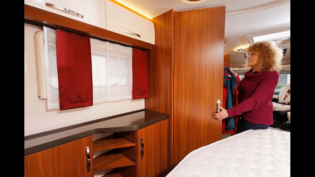 Der deckenhohe Kleiderschrank, zwölf Hängeschränke und ein Sideboard warten auf Beladung.