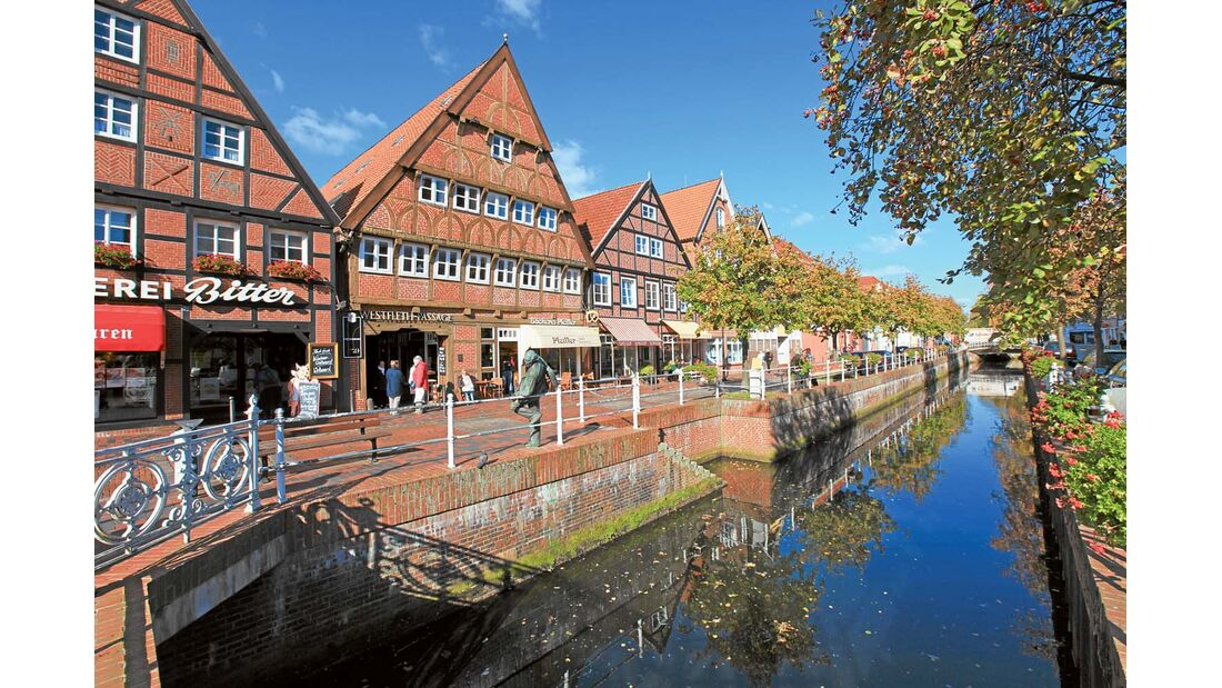 Der innerstädtische Hafen mit seiner grachtartigen Flethanlage, die 700 Jahre alte Backstein-Hallenkirche und die vielen Fachwerkhäuser machen das Flair der Stadt aus.