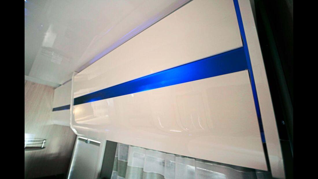 Der neue, helle Ausbaustil wird betont durch eine aufwendige Beleuchtung.