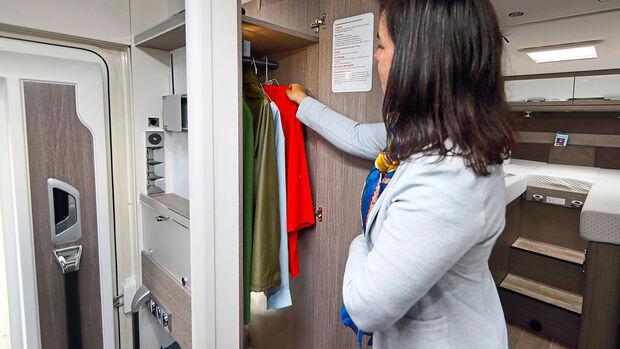 Der raumhohe Kleiderschrank ist zwar nicht sehr breit, dafür hängen Jacken und Westen hier stets griffbereit.