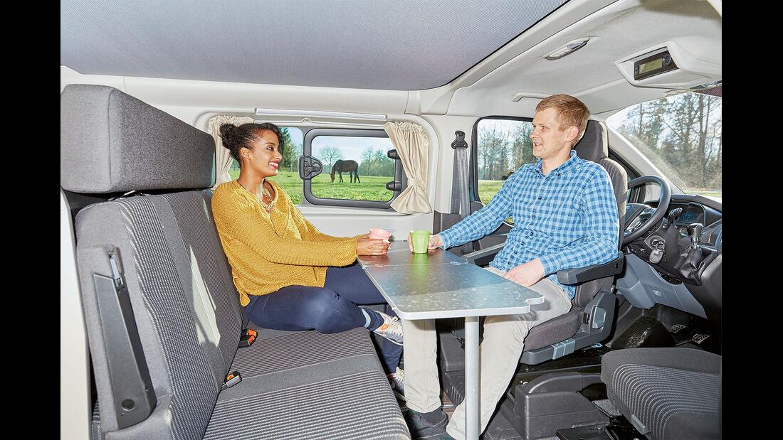 Der stehende Tisch kann entweder ganz wie auf dem Bild oder nur zur Hälfte aufgestellt werden