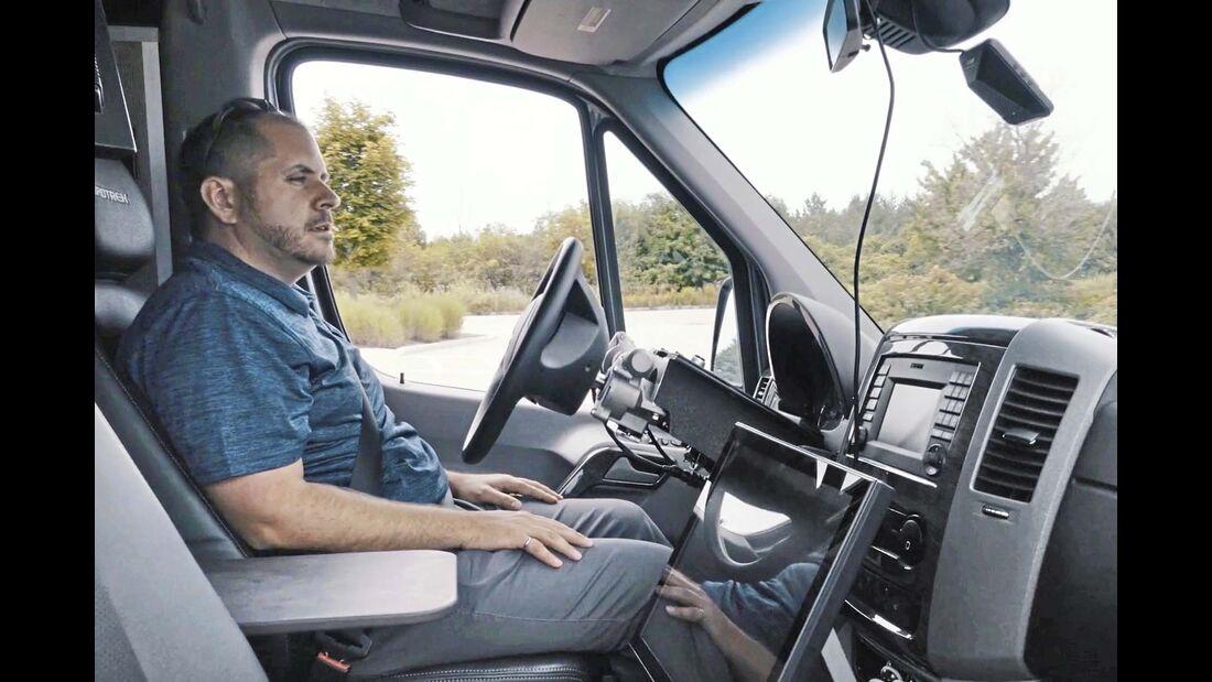 Der von Roadtrek aufgerüstete Mercedes Sprinter steuert allein, der Fahrer wird zum Passagier.