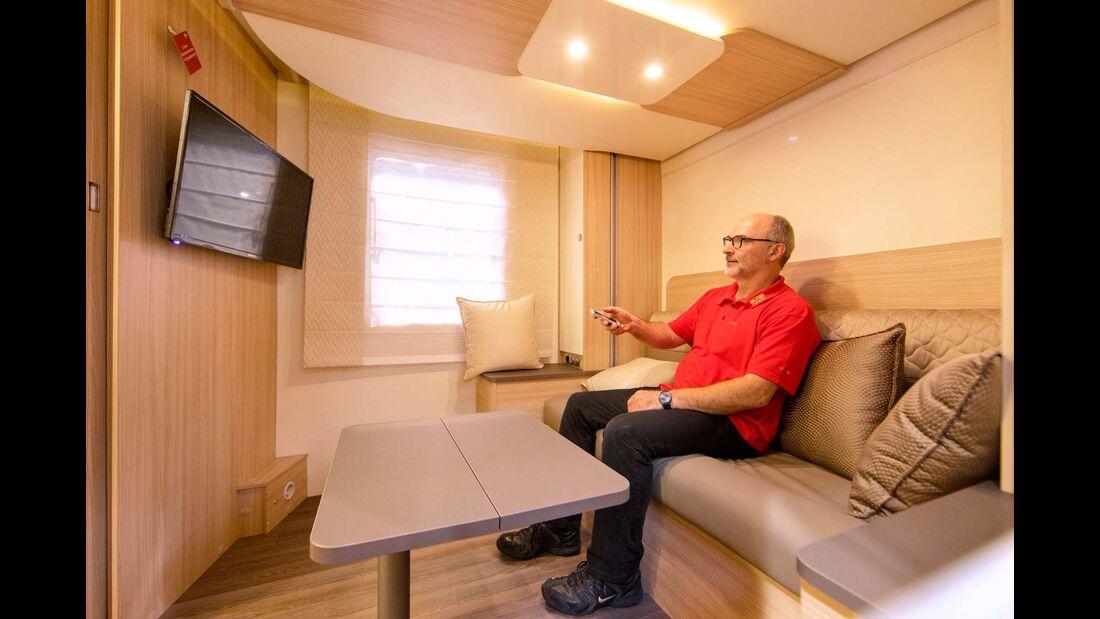 Derselbe Raum kann auch als gemütliches Wohnzimmer zum Fernsehen dienen.