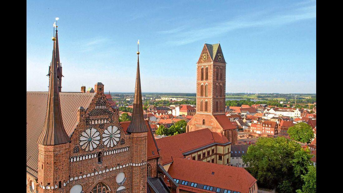 Die Altstadt mit großem Marktplatz und Kirchen wie St. Georgen zählt zum UNESCO-Welterbe.