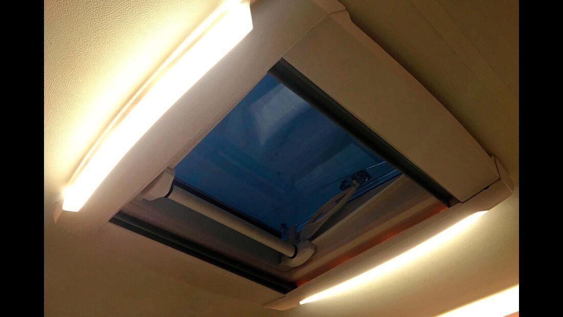 Die Bedienung der  Dachhaube ist hakelig, praktisch das Deckenlicht im Rahmen.