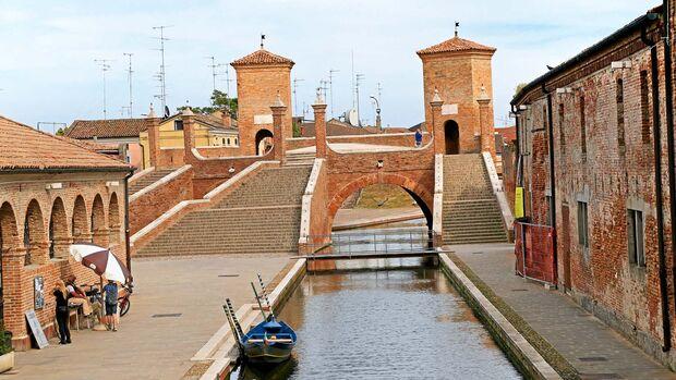 """Die Brücke """"Treponti"""" überspannt vier Kanäle."""