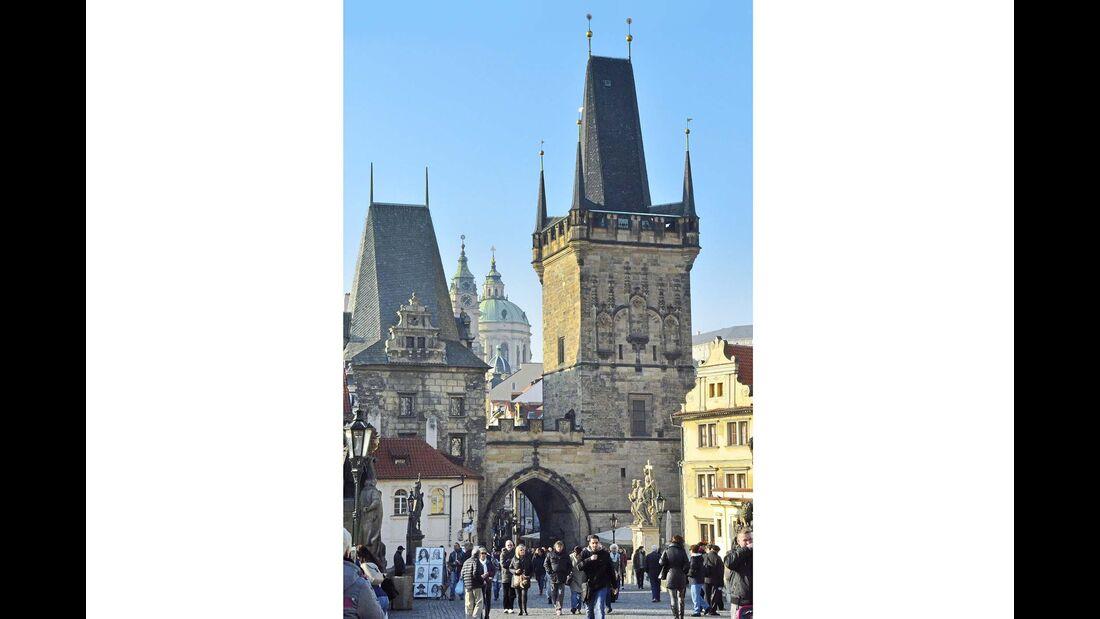 Die Brückentürme der Karlsbrücke laden zum Besuch der Kleinseite und des Burgenviertels ein.