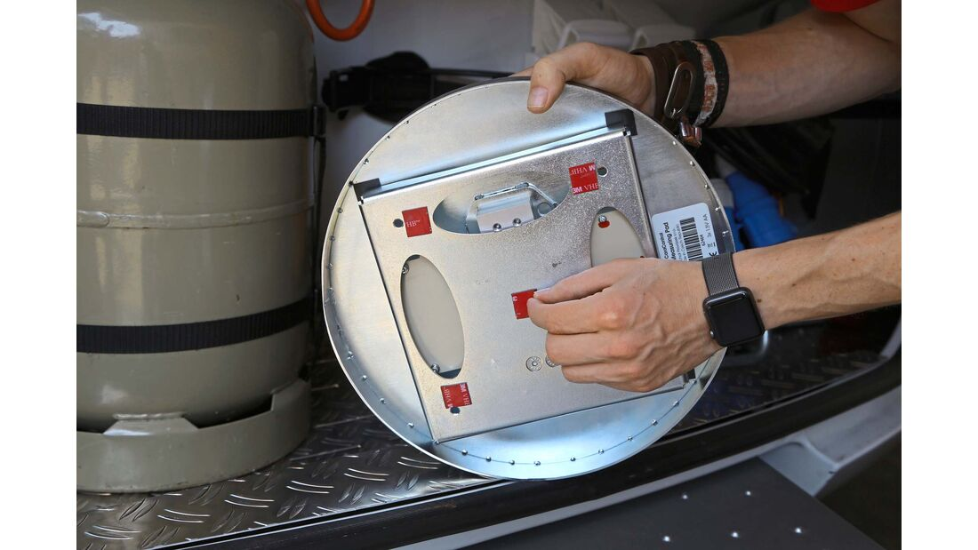 Die Cara-Control-Gaswaage ist mit Klebepads ausgestattet.